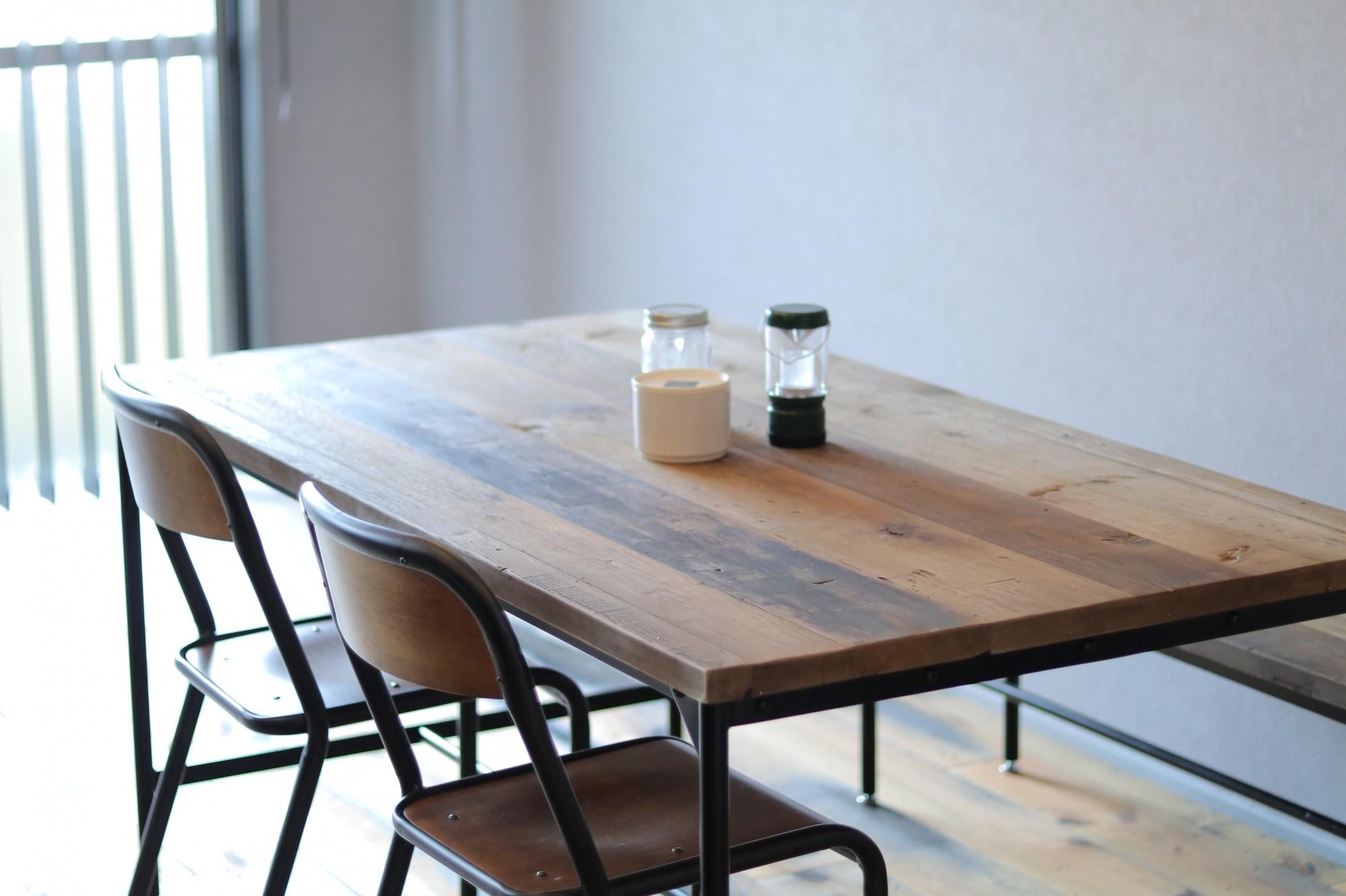 リビングダイニング事例:ダイニングテーブル(天然素材と室内窓が創る空間)