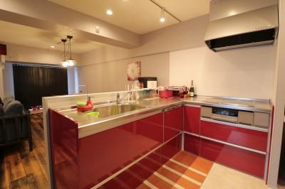 キッチン (天然素材と室内窓が創る空間)