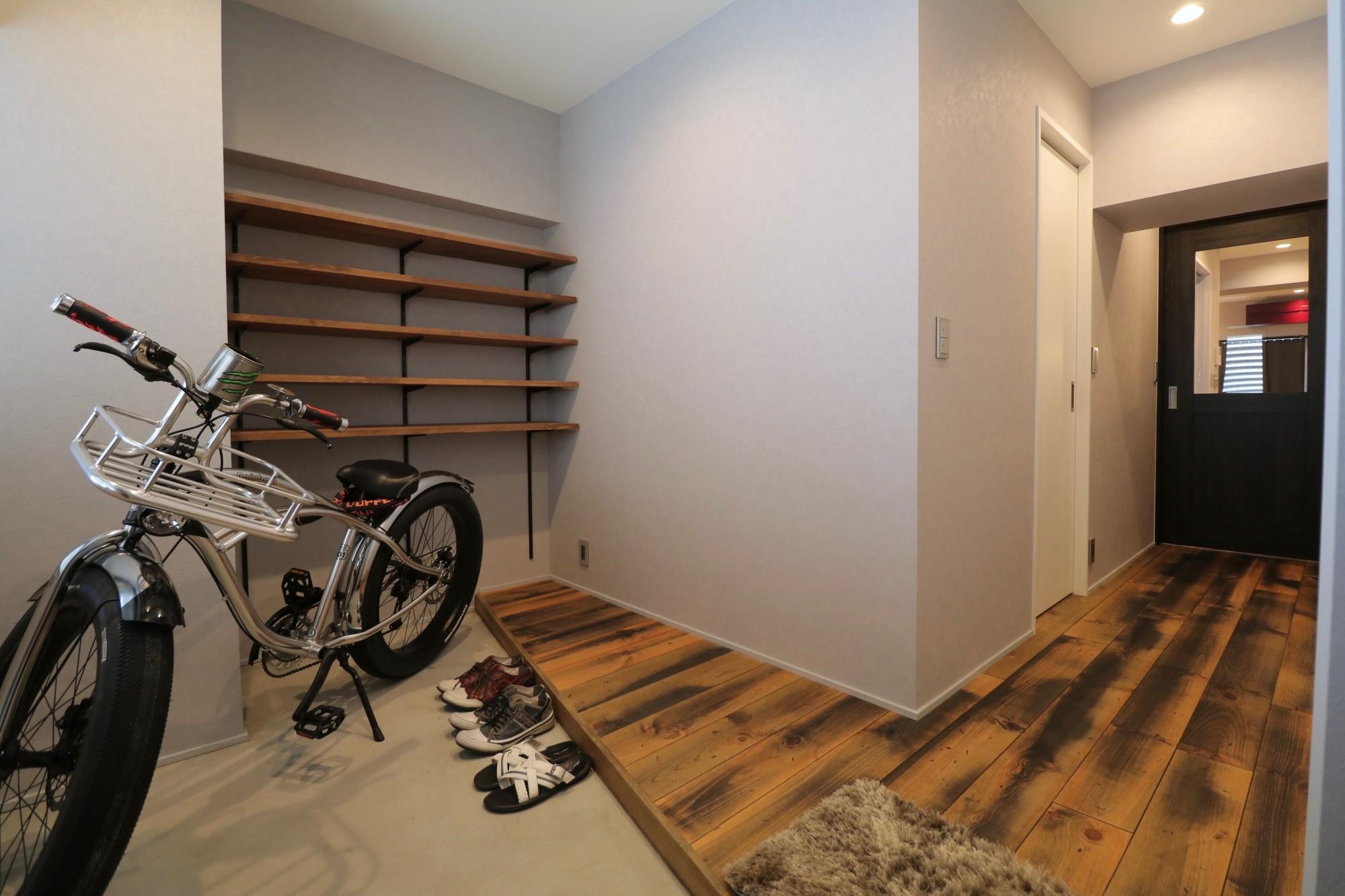 玄関事例:玄関土間(天然素材と室内窓が創る空間)