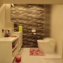 天然素材と室内窓が創る空間の写真 洗面・トイレ