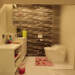 天然素材と室内窓が創る空間 (洗面・トイレ)