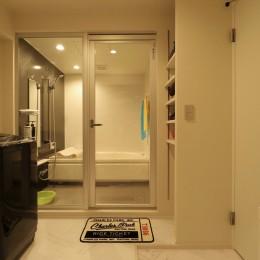 天然素材と室内窓が創る空間 (バスルーム)