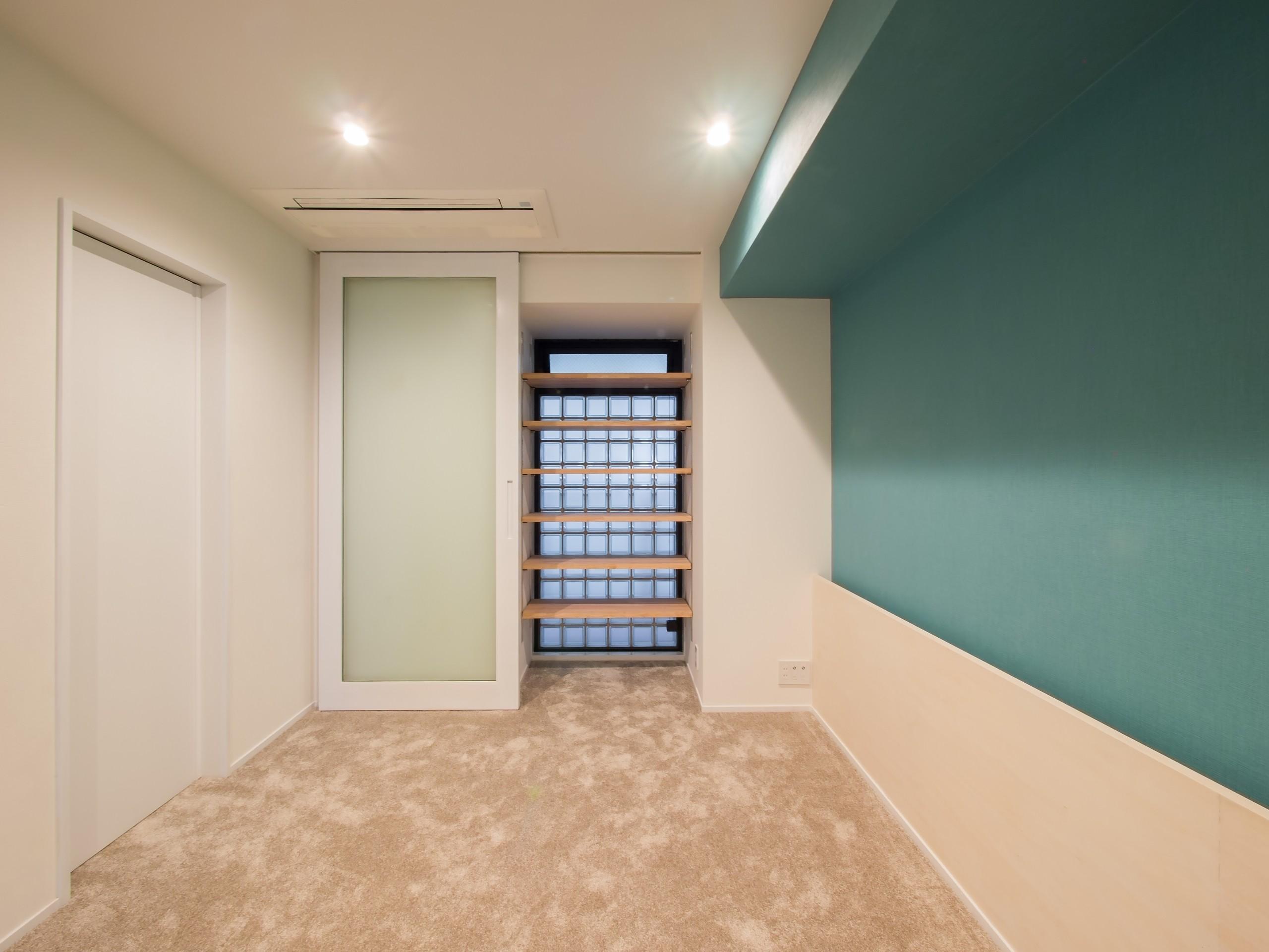 ベッドルーム事例:ヘッドボードを造り付けた寝室(望楼の家 すくすくリノベーションvol.10)