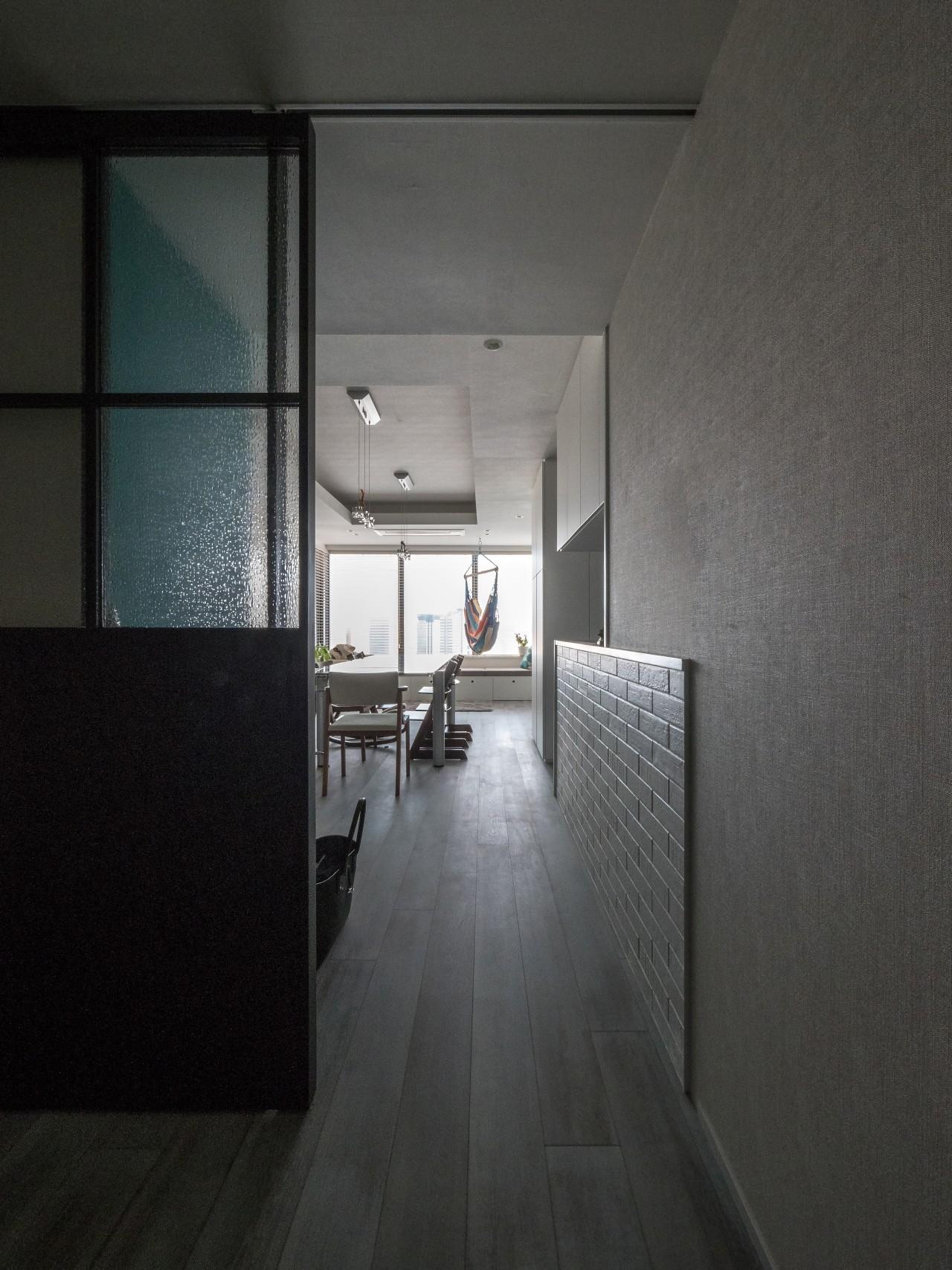 玄関事例:エントランスからみたダイニングキッチン(望楼の家 すくすくリノベーションvol.10)