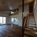 北林泉の家の写真 吹抜けに面する書斎へ通じる軽やかな階段