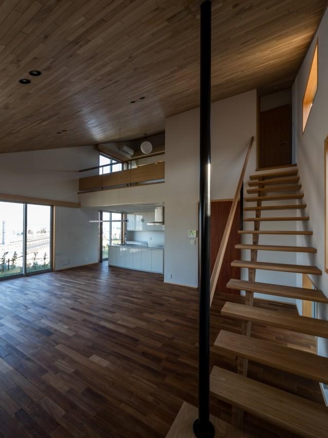 リビングダイニング事例:吹抜けに面する書斎へ通じる軽やかな階段(北林泉の家)