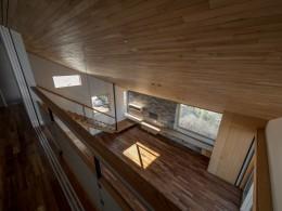 北林泉の家 (書斎からつながる大きな吹抜けをもつリビング)