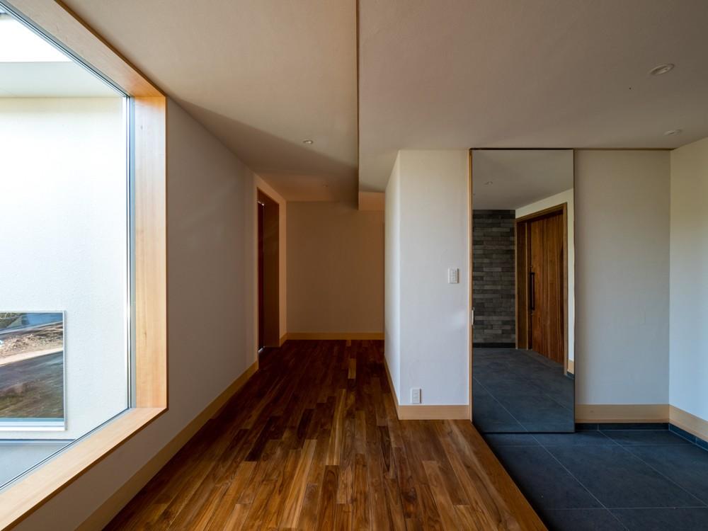 玄関事例:玄関に大きな鏡の建具を設える(北林泉の家)