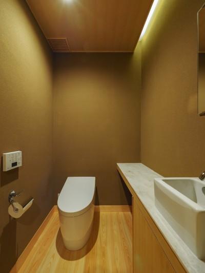 来客用トイレも和室素材の設えに (北林泉の家)
