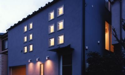 (西東京市)ひばりが丘の木造3階建ての家 (2階の子供室の12個の小窓が印象的な夕景)
