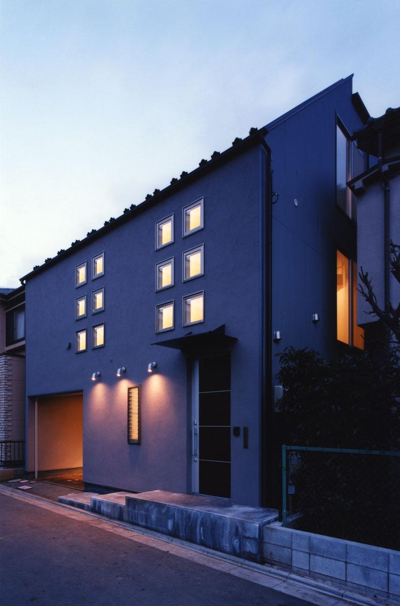 (西東京市)ひばりが丘の木造3階建ての家の写真 2階の子供室の12個の小窓が印象的な夕景