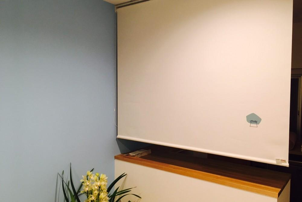 自然素材で呼吸を大事にするヨガスタジオ (ロールスクリーン)