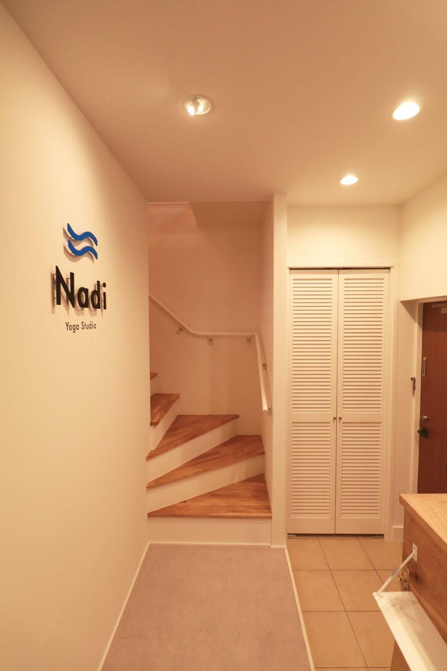 自然素材で呼吸を大事にするヨガスタジオ (階段)