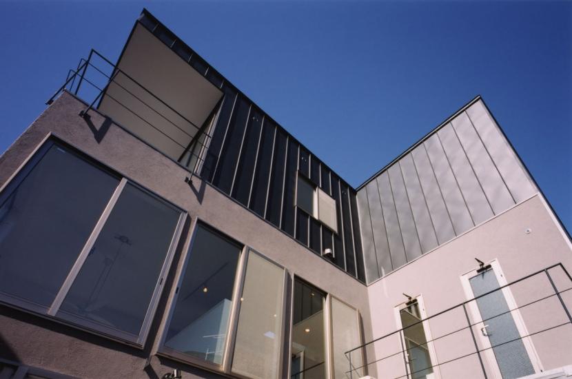 (西東京市)ひばりが丘の木造3階建ての家の写真 庭からの見上げた外観.3階はガルバリウム鋼板葺き