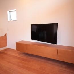 和の素材感をモダンにアレンジした新築住宅 (テレビボード)