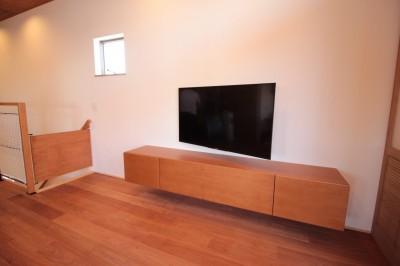 テレビボード (和の素材感をモダンにアレンジした新築住宅)