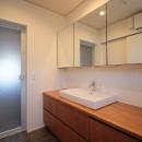 和の素材感をモダンにアレンジした新築住宅の写真 洗面