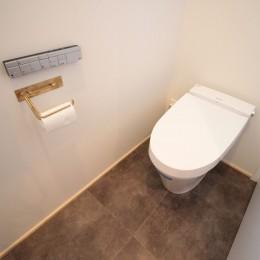 和の素材感をモダンにアレンジした新築住宅 (トイレ)