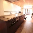 和の素材感をモダンにアレンジした新築住宅の写真 キッチン