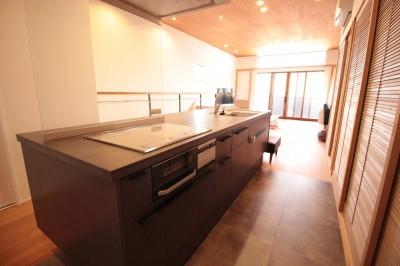 和の素材感をモダンにアレンジした新築住宅 (キッチン)