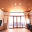 和の素材感をモダンにアレンジした新築住宅の写真 リビングダイニング