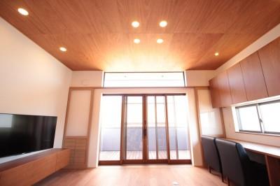和の素材感をモダンにアレンジした新築住宅 (リビングダイニング)