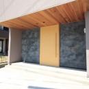 和の素材感をモダンにアレンジした新築住宅の写真 外観