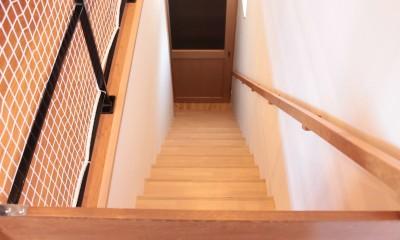 和の素材感をモダンにアレンジした新築住宅 (階段)