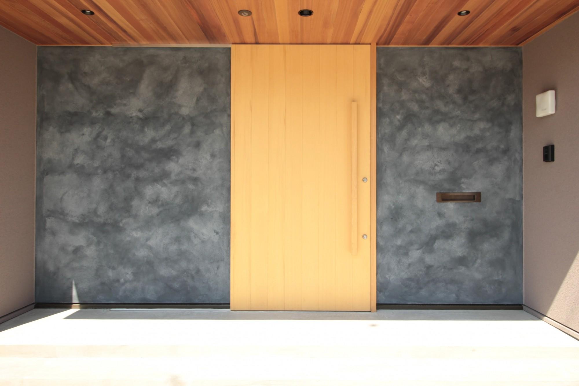 玄関事例:玄関(和の素材感をモダンにアレンジした新築住宅)
