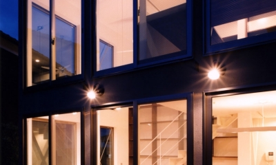 (西東京市)ひばりが丘の木造3階建ての家 (庭(テラス)からの夕景)