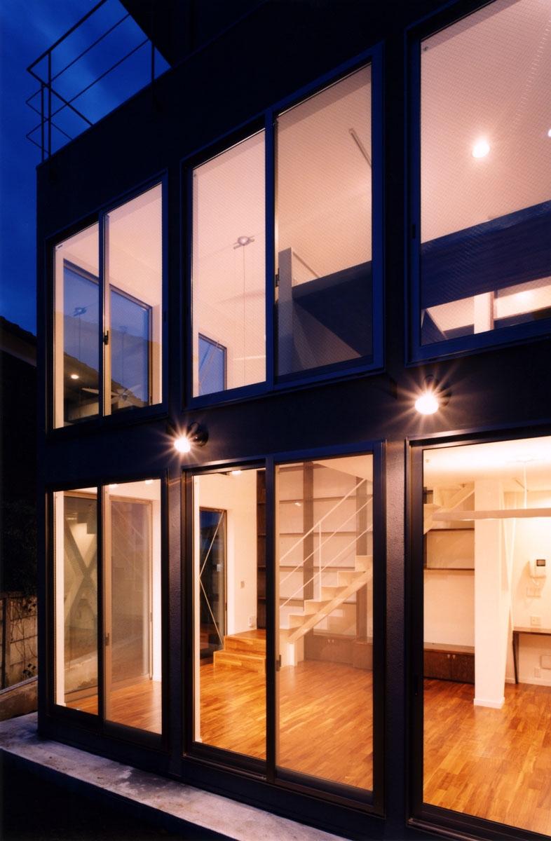 (西東京市)ひばりが丘の木造3階建ての家の写真 庭(テラス)からの夕景