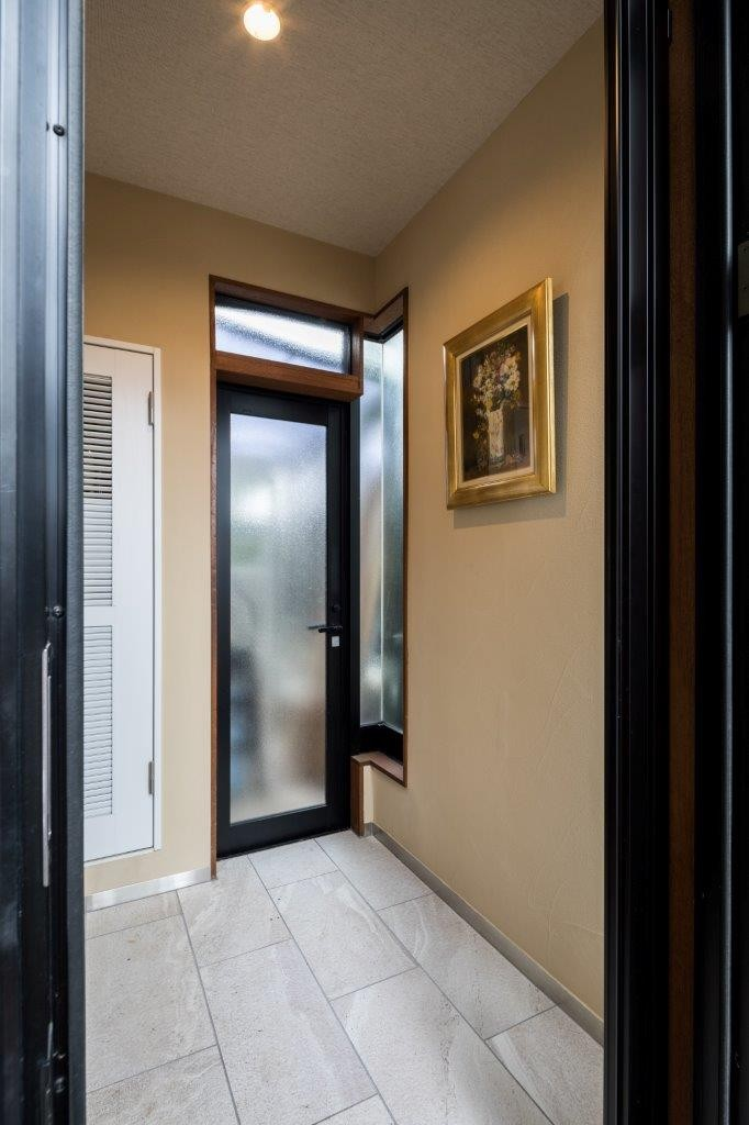 玄関 (光と自然素材が心地の良い家)