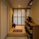 光と自然素材が心地の良い家の写真 玄関