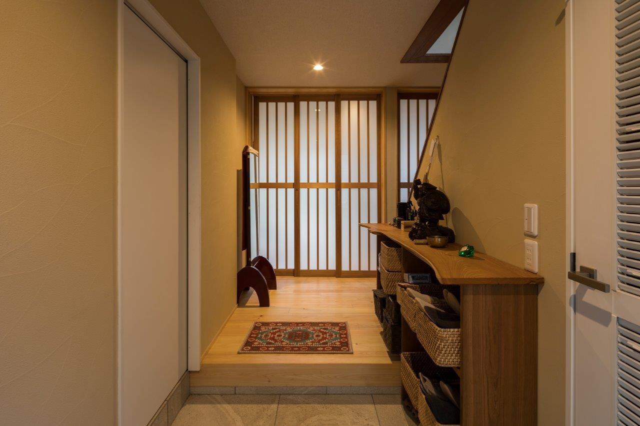 光と自然素材が心地の良い家 (玄関)