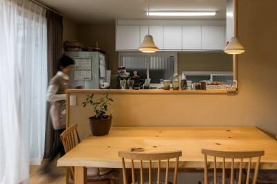 光と自然素材が心地の良い家 (リビング・ダイニング)