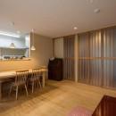 光と自然素材が心地の良い家の写真 リビング・ダイニング