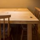 光と自然素材が心地の良い家の写真 オリジナルテーブル