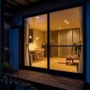 光と自然素材が心地の良い家の写真 外観