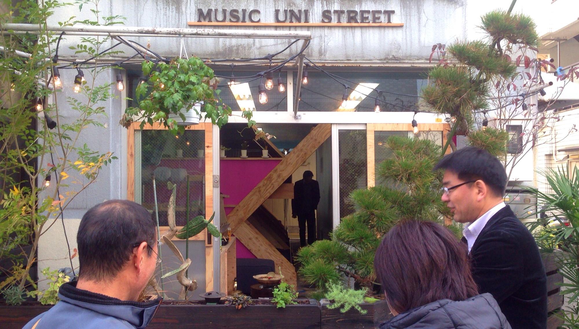 外観事例:14個のBEDが見えるファサード(Music Uni Street Backpackers Hostel)