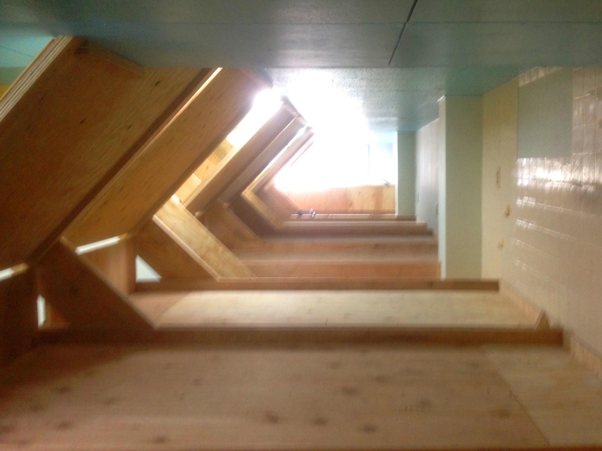 ベッドルーム事例:2階のベッドにのぼると端から端まで歩いていける(Music Uni Street Backpackers Hostel)