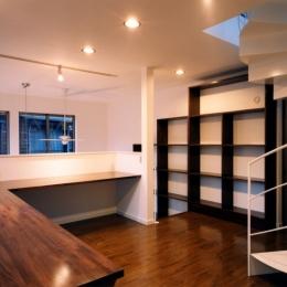 (西東京市)ひばりが丘の木造3階建ての家 (2階のホールは吹き抜けに面した家族の勉強スペース)