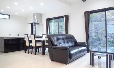 白と黒を基調としたシンプルモダンな家