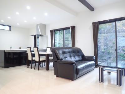 白と黒を基調としたシンプルモダンな家 (リビングダイニング)