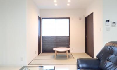 白と黒を基調としたシンプルモダンな家 (リビング)