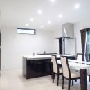 白と黒を基調としたシンプルモダンな家の写真 ダイニングキッチン