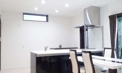 白と黒を基調としたシンプルモダンな家 (ダイニングキッチン)