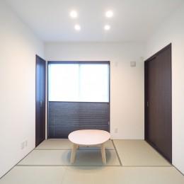 和室コーナー (白と黒を基調としたシンプルモダンな家)