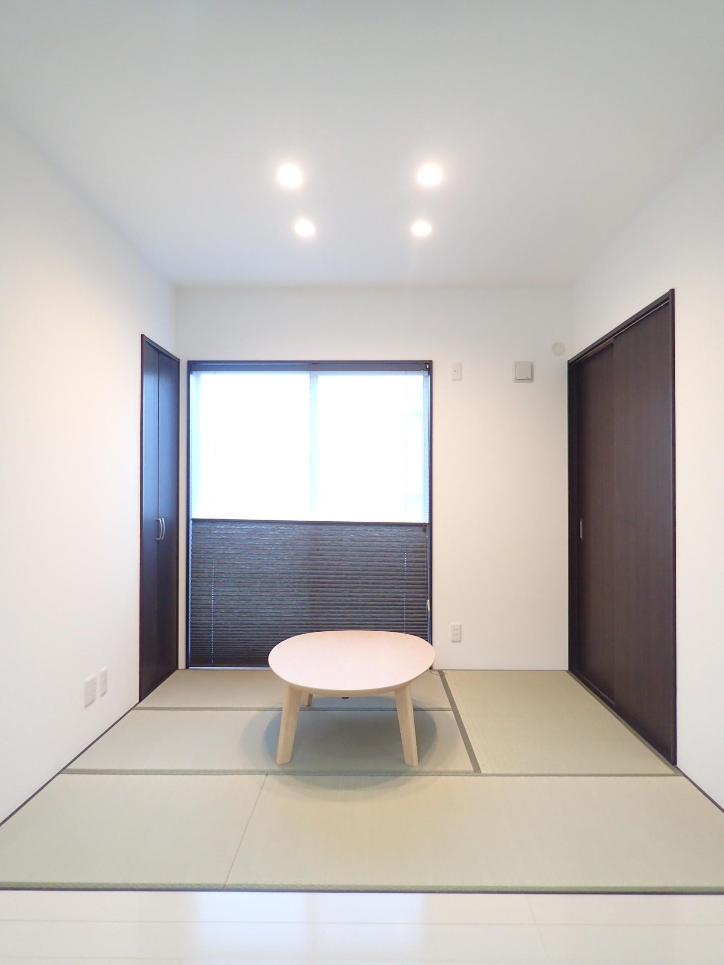 リビングダイニング事例:和室コーナー(白と黒を基調としたシンプルモダンな家)