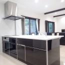 白と黒を基調としたシンプルモダンな家の写真 キッチン
