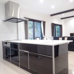白と黒を基調としたシンプルモダンな家 (キッチン)